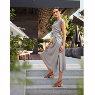 Das silbergraue Satin-Kleid vom Edel-Label Seventy Venezia, Italy. Eleganter Blickfang. Figurschmeichler. Und Wohlfühl-Garant für viele Anlässe.