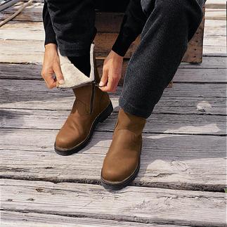 Der Fellstiefel aus butterweichem Elchleder, der vor Kälte, Matsch und Schnee schützt. Durchgefärbt statt einfach überfärbt: So bleiben die Spuren der Natur erhalten - jeder Schuh ein Unikat.