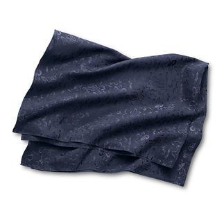 """Das Traumtuch aus reiner Seide. Wärmt, schützt, kleidet. Und bringt auch noch Glück. Dieses """"Dream Wrap"""" ersetzt Schultertuch, Jacke und Abendjacke zugleich. Mit passender Umhängetasche."""