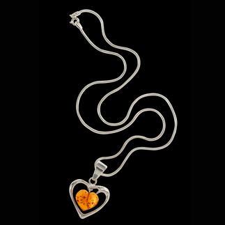 Das Bernstein-Herz – ein Zeichen ewiger Liebe. Über 40 Millionen Jahre – eingefangen in filigranem Schmuck. Entstanden aus dem erstarrten Harz urzeitlicher Nadelbäume ist Bernstein ein Kunstwerk der Natur.