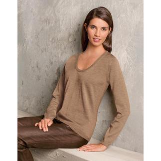 Der leichte Strick-Pullover aus Merino-Extrafein. Unglaublich weich und nahezu Pilling frei. Die Wolle stammt von australischen Merinoschafen. Es macht den Pullover weich, leicht und ebenmäßig.
