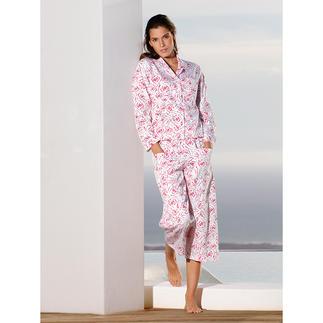 Der NOVILA Pyjama - für den ersten guten Eindruck am Morgen. Mit himbeerroten Rosen auf feinem, weißem Satin. Sein wertvoller Stoff kommt aus einer der  führenden Textildruckereien Österreichs.