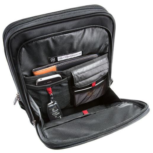 Gegenüber dem gepolsterten PC-Steckfach sichern zwei Taschen das Zubehör.