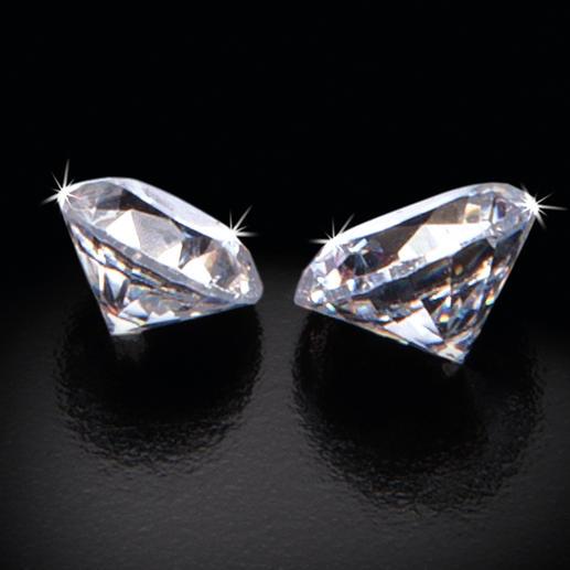 In jeder 50. Duftkerze verbirgt sich ein funkelnder Diamant: 0,15 ct in einer 80-g-Kerze, 0,20 ct in einer 190-g-Kerze.