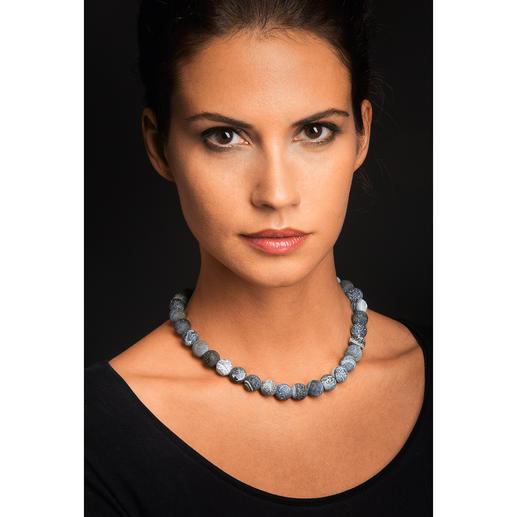 Die graublauen Achate passen perfekt zu legerer und eleganter Kleidung.