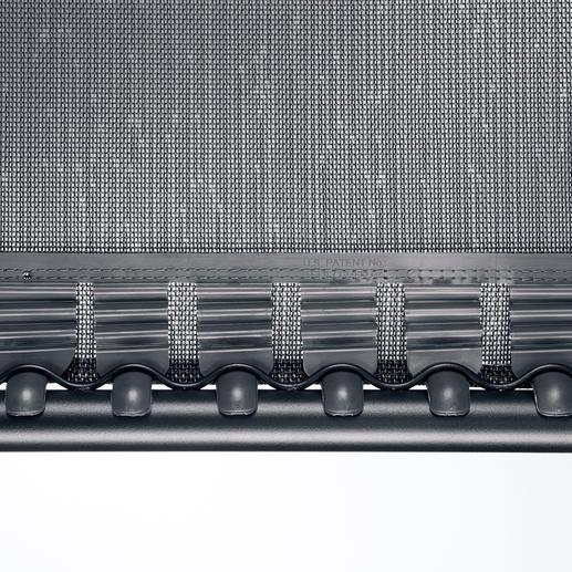 Statt an Gummischnüren ist die Bespannung an 52federnden Kunststoff-Clips aufgehängt.