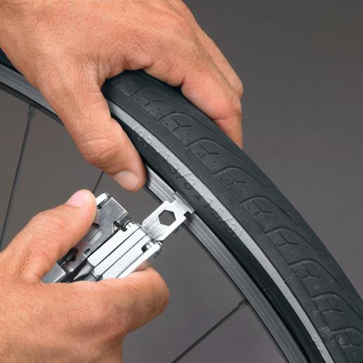 Mit dem Reifenheber hebeln Sie den Reifen leicht über die Felge.