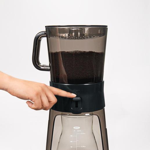 Auf Tastendruck rinnt das extrahierte Kaffee-Konzentrat fein gefiltert in den darunter stehenden Becher.
