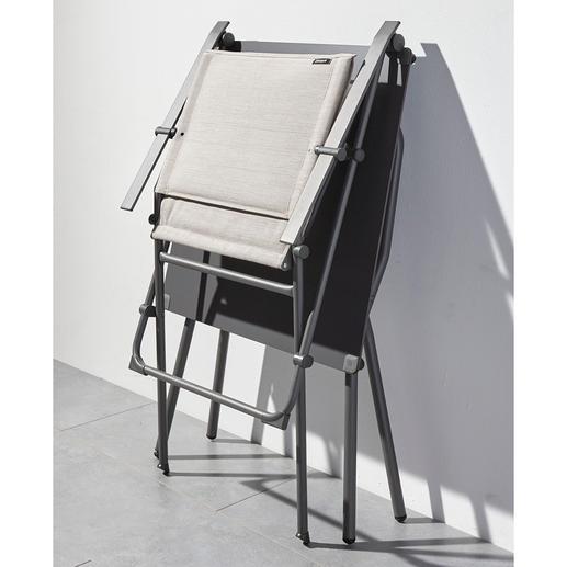 Stuhl und Tisch lassen sich bei Nichtbenutzung platzsparend verstauen.