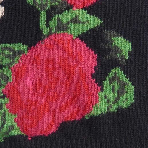 Blugirl Rosenpulli Kurze Form. Große Blüten. Und der typisch verspielte Stil von Blugirl.