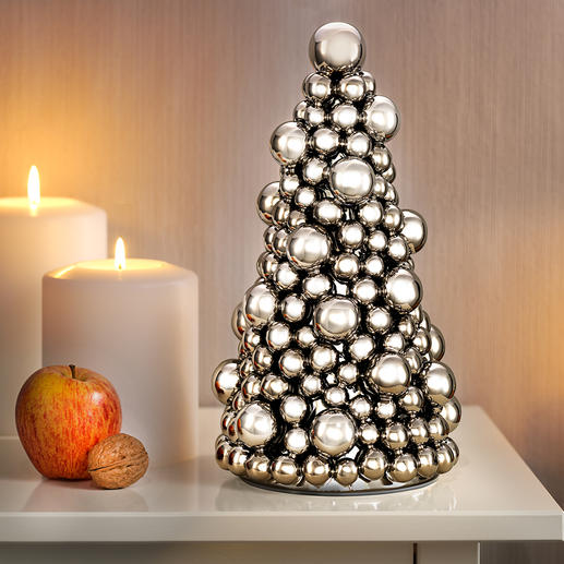 Kugel-Weihnachtsbaum - Ein Tannenbaum aus prachtvoll silberglänzenden kleinen und großen Kugeln.