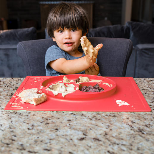 """Platzmatte """"Happy Mat"""" - Rutsch- und kippsicher: Der Kinderteller im Silikon-Tischset mit 3 Portions-Fächern - für ein entspannteres Essen."""