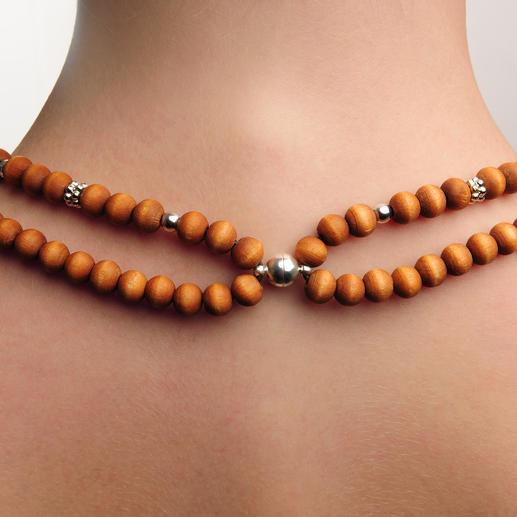 Auf den ersten Blick nicht zu erkennen: Bei der attraktiven Perlenkette handelt es sich eigentlich um Kopfhörer.