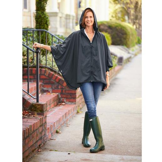 """Pocket-Regenponcho """"Sport-Style"""" Selten ist Regenschutz so chic und feminin. Der Pocket-Poncho mit Reißverschluss und Stehkragen-Kapuze."""