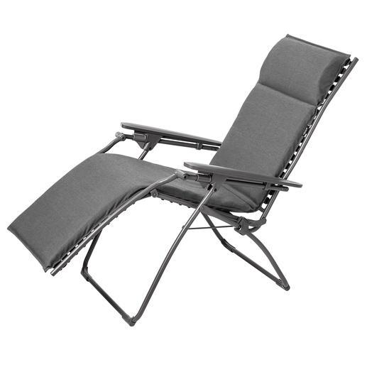 Anders als bei herkömmlichen Lounge Chairs lassen sich Rücken- und Fußteil hier stufenlos neigen.