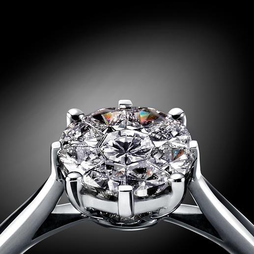 Erst auf den zweiten Blick erkennbar: Jeder der üppigen Steine setzt sich aus 9einzelnen, echten Diamanten zusammen.