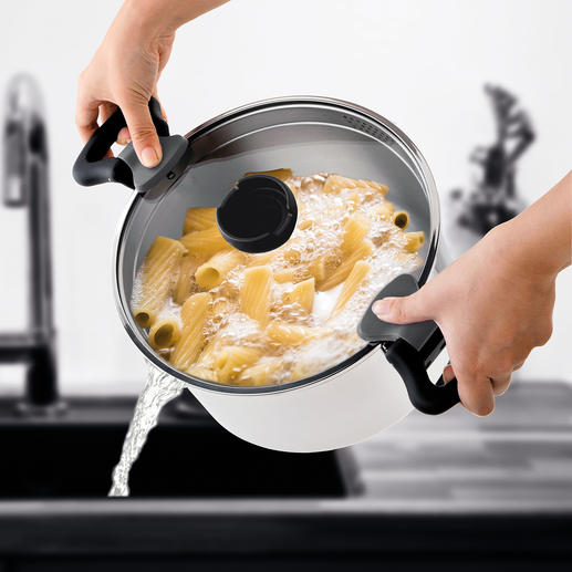 Durch die integrierten Sieböffnungen im Deckelrand gießen Sie Ihr Kochwasser ganz einfach und sauber ab.