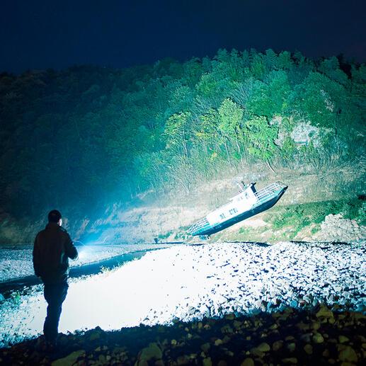 Moderne Reflektor-Optik bündelt das Licht bis zu 360m Leuchtweite.