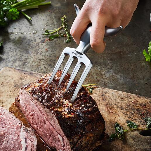 Mühelos spießen Sie mit den starken Zinken auch schwergewichtige Fleischstücke auf.