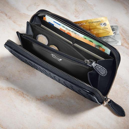 Design- und materialgleich zur Tasche, bietet die passende Geldbörse acht Steckfächer für Kreditkarten sowie reichlich Platz in fünf separaten Fächern (davon eines mit Reiverschluss).