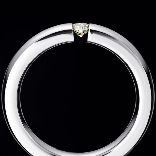 Der Solitär wird zwischen die beiden Ring-Enden eingespannt. So können Sie ihn von allen Seiten betrachten.
