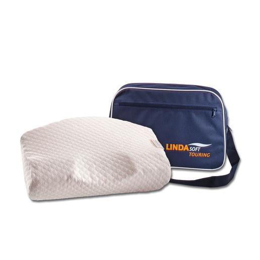 Das LINDAsoft-Reisekissen – für den gewohnten Komfort auch in fremden Betten. In Form und Funktion identisch mit dem LINDAsoft Visco-Kissen, jedoch nur 45 x 28  cm (L x B) klein. Mit praktischer Transporttasche.
