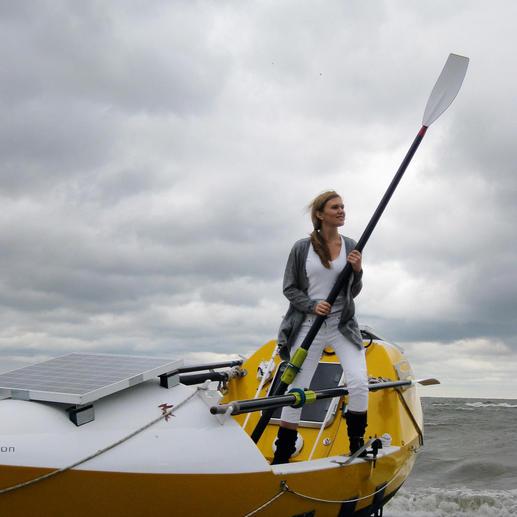 """Katie Spotz, nachdem sie alleine im Ruderboot einen Ozean überquert hat: """"Nach 70 Tagen, 5 Stunden und 22 Minuten auf hoher See, freue ich mich, dass 'Rite in the Rain' die Reise mit mir geschafft hat. Es hätte keine besseren Notizhefte (...) für meine Solo-Atlantik-Überquerung geben können. Sogar, wenn Wellen mich erschütterten, konnte ich mit dem Schreiben fortfahren."""""""