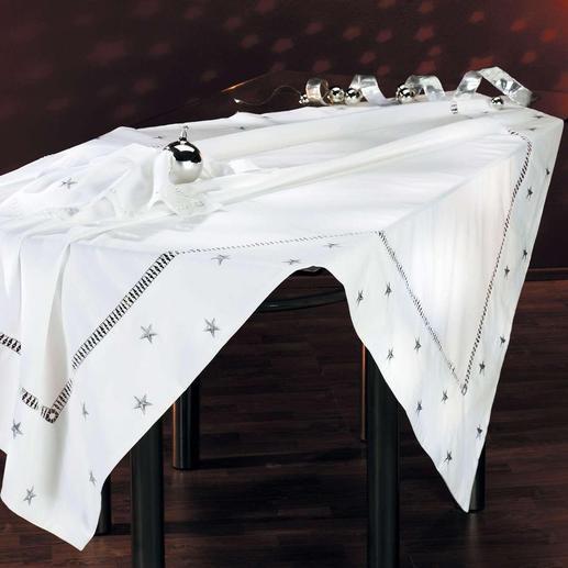 Variieren Sie Ihre Tischdekoration: die kunstvollen Decken mit passenden Servietten sind auch mit silberfarbenen Sternen erhältlich.