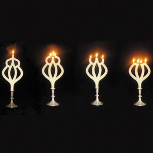 Erst eine, dann drei, dann vier: die faszinierend mehrflammig brennende Kerze. (Lieferung ohne Kerzenständer.)