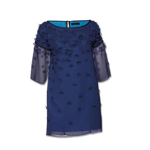 """Twin-Set Blüten-Kleid """"Blue flowers"""" Trendgerecht – und typisch Twin-Set: Leichter, fließender Stoff. Transparenz. Raffinierte Textur."""