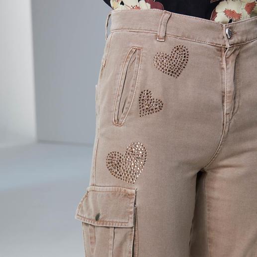 TWINSET Long-Strickjacke, Kirschblüten-Bluse oder Cargo Stilbruch-Looks sind weiter wichtig. TWINSET beherrscht den Trend wie kaum ein anderer.