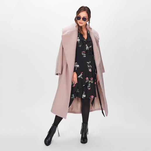 SLY010 Couture-Wollmantel Key-Piece dieses Winters: der Oversize-Wollmantel in Rosé. Bei SLY010 im unvergänglichen Couture-Stil.