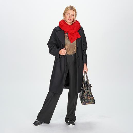 Love Moschino Sporty-Longsleeve, Skinny-Jeans oder Oversize-Mantel 2 Top-Trends in einem Look – Sports Couture & Wording. Brillant umgesetzt nach typischer Love Moschino Manier.