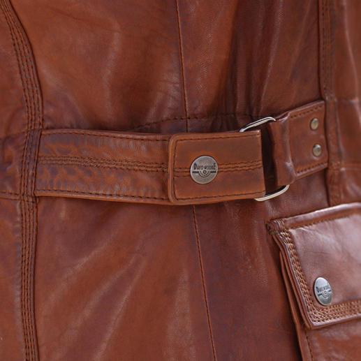 Mit dem innen liegenden Tunnelzug bringen Sie die Jacke auf Taille – die seitlichen Riegel sind Zierde.