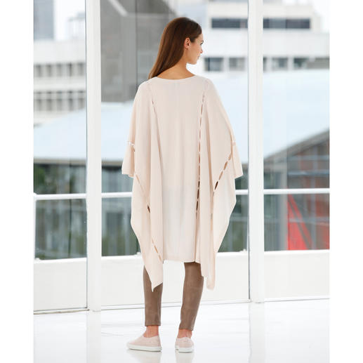 FTC Cashmere Poncho Das eine Trend-Piece für unzählige Outfits: Der Kaschmir-Poncho mit Cut-Outs.