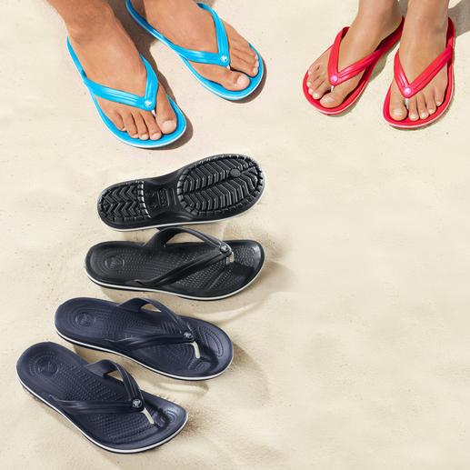 Crocs™ Strand-Flips - Endlich Strand-Flips mit bequemem Fußbett. Superweich. Sanft dämpfend. Und ultraleicht. Von Crocs™.