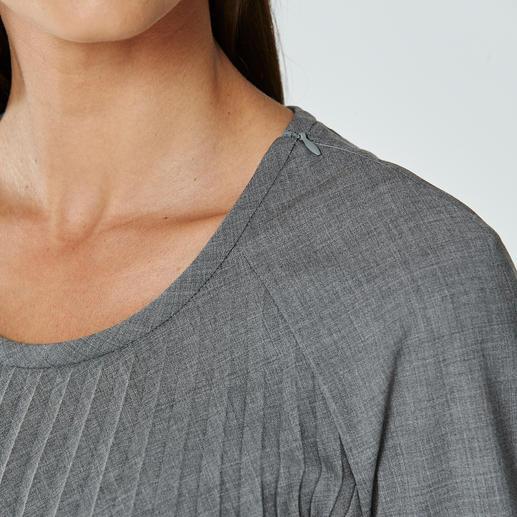 Plissee-Schurwoll-Bluse Das außergewöhnliche Einzelstück unter den Business-Blusen. Knitterfreier Schurwoll-Stoff. Extravagantes Plissee-Design.