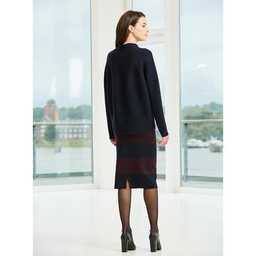 Oversize-Pullover oder Bleistift-Strickrock Ein Look wie vom Laufsteg: Allover-Strick. Streifen. Navy/Rot.