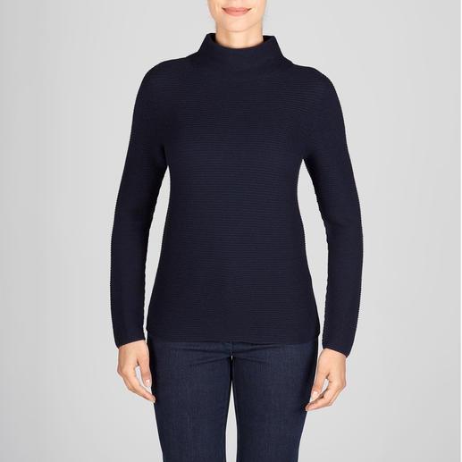 Aktueller Rippenstrick – aber außergewöhnlich fein und feminin. Aktueller Rippenstrick – aber außergewöhnlich fein und feminin. Der Pullover mit aktuellem Turtleneck-Kragen.