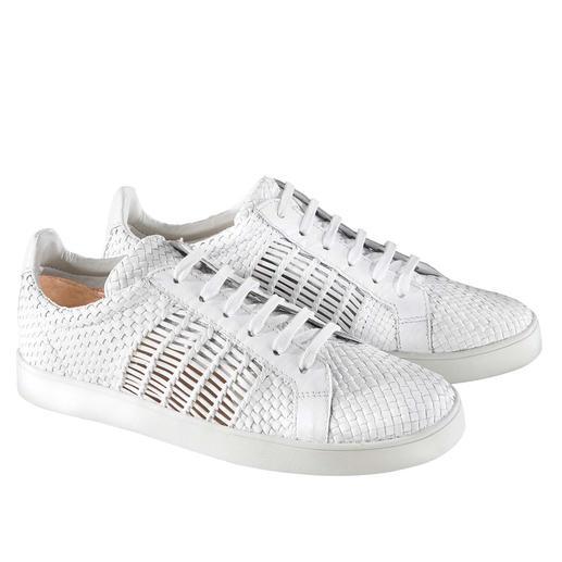Dauerbrenner weiße Sneakers: durch Flechtleder interessanter und luftiger als die meisten. Dauerbrenner weiße Sneakers: durch Flechtleder interessanter und luftiger als die meisten.