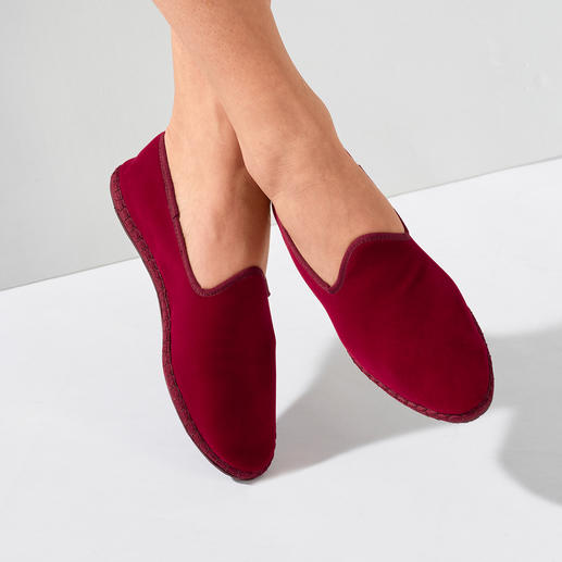Der handgenähte Samt-Slipper made in Italy: Elegant. Bequem. Und doch so schwer zu finden. Geschmeidig weicher Samtstoff. Traditionelle Form.