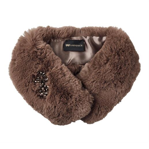 """Der warme, kuschelweiche Fake-Fur-Kragen: ein """"Pelz"""", den man guten Gewissens tragen kann. Mit farblich abgestimmter Strass-Applikation. Von Accessoires-Spezialist Loevenich."""
