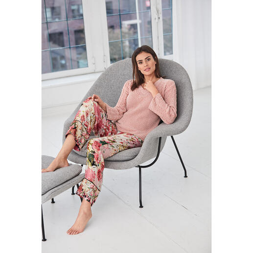 Die stylische und gemütliche Loungewear von TWINSET. Zopfstrick. Chenille. Statement-Ärmel. Blütenprint. Modische Schnittführung.