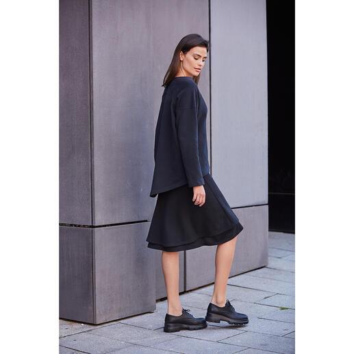 [schi]ess Jersey-Layered-Skirt oder -Sweater Alltagstaugliches Jersey-Ensemble oder edle Loungewear? Beides! Edles Schwarz. Weicher Jersey. Cleaner, lässiger Schnitt.