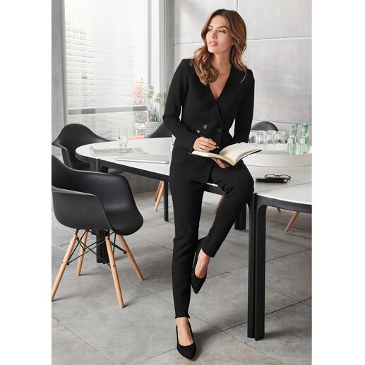Der vielseitige, schwarze Hosenanzug-Klassiker. Passend zum Trend und nach Art des Hauses aus komfortablem, hochwertigem Viskose-Strick.