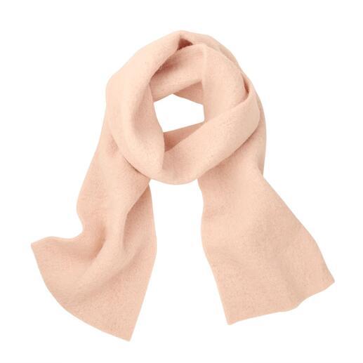 Der Schal aus gewalktem Baby-Alpaka: erstaunlich leicht und wärmend zugleich. Cleanes Design und schlichte Farben machen ihn so kombinierfreudig. Von Abstract/Italien.