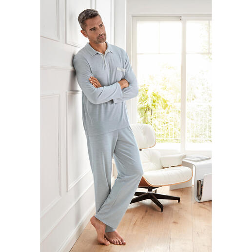 Der Pyjama mit den zwei guten Seiten. Außen temperaturregulierender Schurwoll-Mix. Innen feuchtigkeitsabsorbierendes Modal.