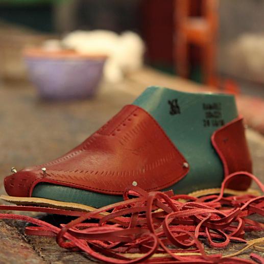 Transparenz ist bei Cano Trumpf. Und so steckt in jedem Huarache ein Chip, den Sie mit der Gratis-App des Unternehmens scannen können – um tiefere Einsicht in die Fairness- und Nachhaltigkeitsstandards der kompletten Wertschöpfungskette zu erhalten. Und um mehr über den Menschen zu erfahren, der genau diesen Schuh geflochten hat.
