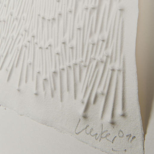Nägel auf der Druckplatte geben dem angefeuchteten Büttenpapier das prägnante Relief.