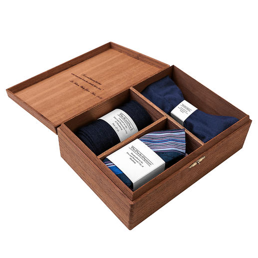 Gentleman's Agreement Accessoires-Box, Blau/Weiß/Rot Die vielseitige Kombination aus Schleife, Socken und Einstecktuch. Von Gentleman`s Agreement.